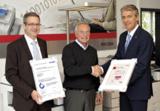 F. Decker und H. Führer (derBÜROFührer GmbH) mit T. Röttger (Ricoh) bei der Zertifikatsübergabe.
