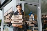 Im Einsatz. der Hallo Pizza Bote bringt leckere Speisen ins Haus