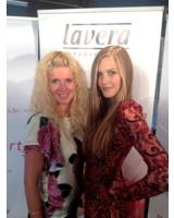 Klara Ahlers (lavera) und Gewinnerin Sabrina Lehman