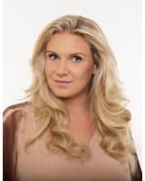 Magdalena Brzeska mit offenen Haaren im lebendig-leichten Style mit 40 cm hairtalk extensions.