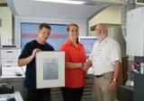 Peter Kölling vom SID (rechts) überreichte Julia Gayer und Ulrich Rottmair von deVega die Urkunde.