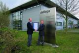 M.Hermanski, Leadauditor überreicht T.Srownal, Betriebsleiter deVega Medien, das Zertifikat.