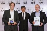 Ranga Yogeshwar überreicht die Auszeichnung an Tobias Kuen und Martin Philipp