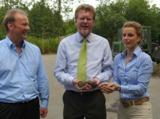 H. Werner (1.v.l.) und S. Schlederer (1.v.r.) mit Umweltminister Dr. M. Huber (Mitte)