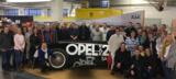 Das Heidenreich-Team mit dem Opel RAK2 in Rüsselsheim. Quelle: Autohaus Heidenreich