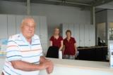 Heinz Olbricht mit  zwei Autohaus-Mitarbeiterinnen. Quelle: Autohaus Heidenreich