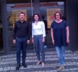Tina Müller (mitte) mit Jörg Heidenreich und Petra Heidenreich. Quelle: Autohaus Heidenreich