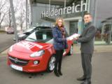 Gewinnerin Laura Beck und Marcel Metz (ADAM-Verkäufer in Eschwege).