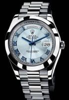Hier sehen Sie eine Rolex Day-Date II mit blauem Ziffernblatt unter Saphirglas