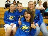 Deutsche Schülerinnen zusammen mit ihren High School Freundinnen