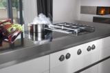 Der BORA Kochfeldabzug saugt unliebsame Küchendämpfe dort ab, wo sie entstehen:direkt am Kochfeld