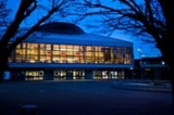 Stadttheater Rüsselsheim vor dem Anstrum der Teilnhemer des Mauerwerkstages