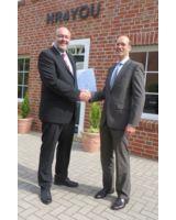 Zertifikatsübergabe durch Dr. Sönke Maseberg (rechts) an HR4YOU-Geschäftsführer Axel Rekemeyer