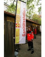 Sanitäterin des ASB München vor der Sanitätsstation; Foto: ASB München