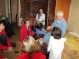Teilnehmer der ASJ München im Gespräch mit einer ehemaligen Zwangsarbeiterin – Foto: MZM