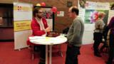 Einsatzkraft informiert Besucher über den ehrenamtlichen Einsatz beim ASB München;Foto: ASB München