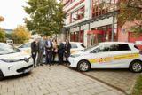 Mitarbeiter des ASB München und von Renault München bei der Übergabe der neuen E-Mobile
