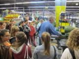 Bauschlosser Uwe Herrmann zeigt den Mädchen, wie ein Rohr gesickt wird.