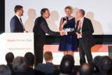 Christian Werner (2. v.l.) übergibt den Excellence Award an Rainer Hunkler (rechts)