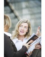 Lisa Soules trifft Kundin am Flughafen, um eine anstehende englische Verhandlung vorzubereiten.