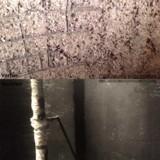 Oben: Waschbeton-Effekt - durch aggressive Säuren im Gärfutter. Unten: Beschichtete Wandfläche