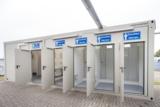 Der neun Meter lange Sanitärcontainer ist robust, pflegeleicht und komplett ausgestattet.