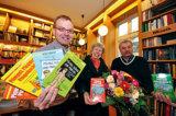 Autor Matthias Borner, Jubiläums-Leserin Elisabeth Heim und Buchhändler Holger Krull