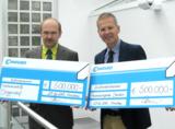 Hermann Schlosser und Werner Conrad mit den Schecks für betroffene Firmen in Deggendorf und Dresden.