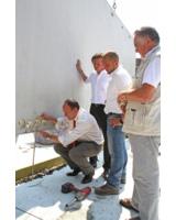 Erster Bürgemeister Christian Specht stellt eine Wand