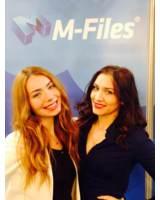Die Hostessen Diana und Elena waren auf der CeBIT für die finnische Firma M-Files im Einsatz
