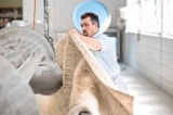 In den Paddelkufern wird Schmutz im Teppich durch Wasser, Feinwaschmittel und die Bewegung gelöst.