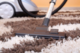 Staubsauger mit Düsen schaden dem Teppich nicht, sie entfernen lediglich losen Schmutz und Staub.