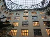 Der glasüberdachte Innenhof bildet das kommunikative Zentrum.