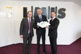 LMIS-Vorstand Axel van Lil (li.) und Marco Barenkamp (re.) mit Oberbürgermeister Wolfgang Griesert.