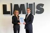 Jutta Brunn überreicht Marco Barenkamp, Vorstand der LMIS AG, stolz das ISO-Zertifikat.