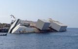 Blick auf die Costa Concordia mit ihren Stahlkästen an der Backbordseite.