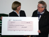 MTI-Geschäftsführerin Sabine Machwürth überreicht Spendencheck