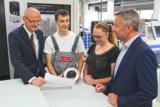 Vorstandsmitglied Matthias Wiemer (li.) und -vorsitzender Manfred Bender (re.) mit Auszubildenden
