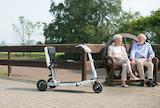 Das faltbare Elektromobil ATTO bietet Menschen mit eingeschränkter Beweglichkeit mehr Lebensqualität