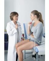 Frauenärztin und Patientin im Gespräch (© Image Point Fr/shutterstock)