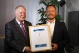 Dr. h.c. Dieter Fröhlich (DFV e.V.) und Erik Krömer (global office) freuen sich