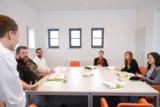 In wöchentlichen Seminaren beschäftigen sich die Teilnehmer mit Aspekten des  Online-Marketings