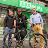 (v.l.n.r.) Tim Huppertz (Bergamont), Samy Deluxe, Bernd Heumann (B.O.C.)