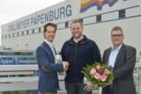 Daniel Wulf (Mitte) erhielt von Dominic Sander (li.) und Jürgen Bruns ein Outdoor-Handy überreicht.