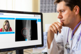 Online Sprechstunde mit Besprechung von medizinischem Bildmaterial