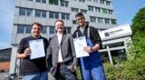 Oliver Schulz (mitte) mit zwei ausgebildeten Fachkräften für Lagerlogistik. Quelle: Obermann.