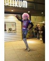 Olivia Jones vor dem Panoptikum