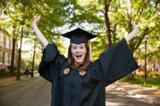 Überglückliche Absolventin einer amerikanischen Highschool freut sich