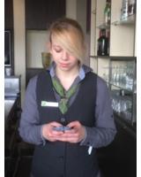 Hotel-Auszubildende Carolin Hadamczyk lernt mit der App