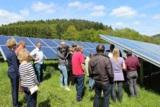 Andreas Mankel, Geschäftsführer der 7x7 Gruppe, mit Besuchern einer Solarparktour in Mittelhessen